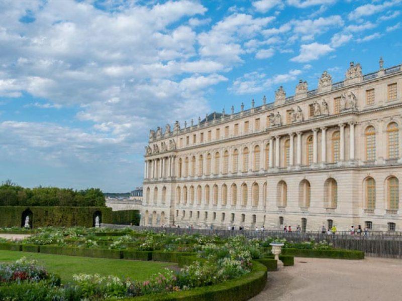 Palacio De Versalles Con Jardines Musicales O Espectaculo De Fuentes